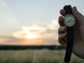 Die Himmelsrichtung lässt sich mit Sonne und Uhr ermitteln