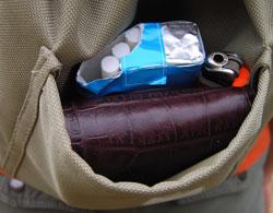Es gibt viele kleine Taschen am Crosspack zum Verstauen