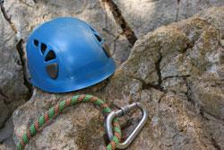 Ein Kletterhelm sollte dringend zur Kletterausrüstung dazugehören